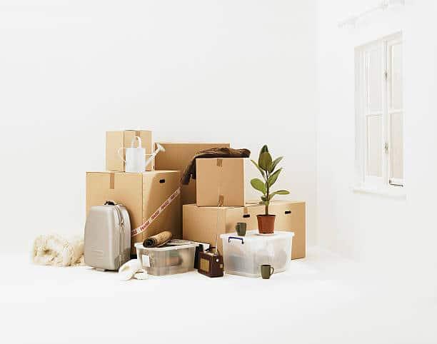 Cartons de déménagement et affaires personnelles sur fond blanc