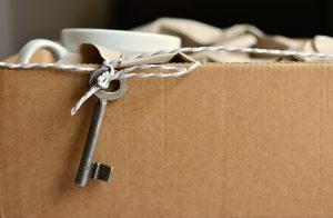 Carton de déménagement avec une clé et des la vaisselle